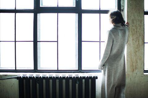 Hybristophilie: Frau steht am Fenster