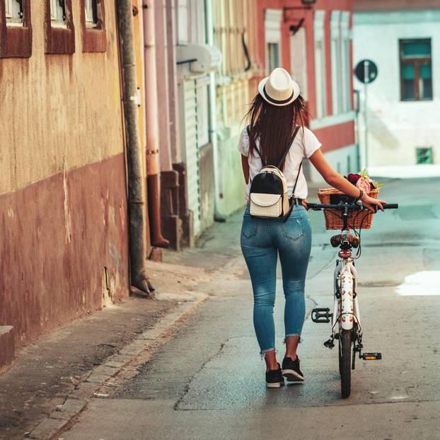 Dating-Hölle: Eine Frau mit einem Fahrrad