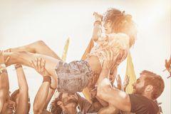 Festival Packliste zum Ausdrucken: Das brauchst du wirklich: Frau beim Crowdsurfing