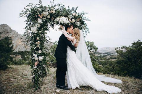 Trauung im Freien: Ein Brautpaar im Freien