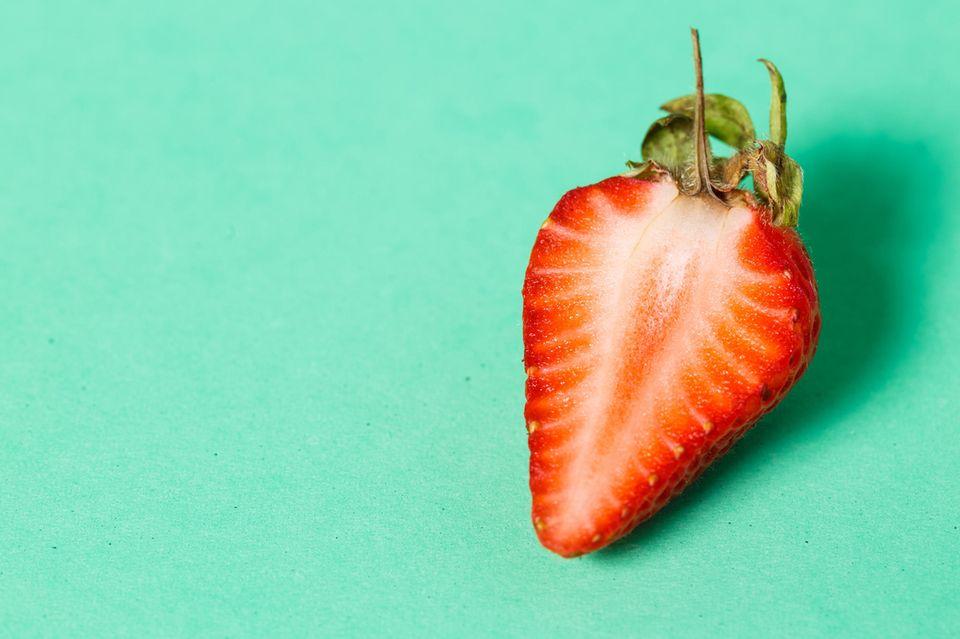 Masturbation während der Periode: Erdbeere vor grünem Hintergrund