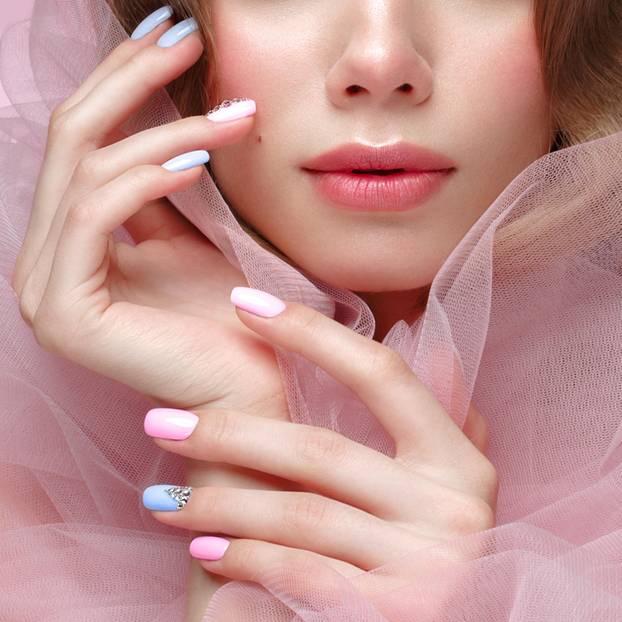 Ballerina Nails: Frau mit pastellfarbenen Fingernägeln