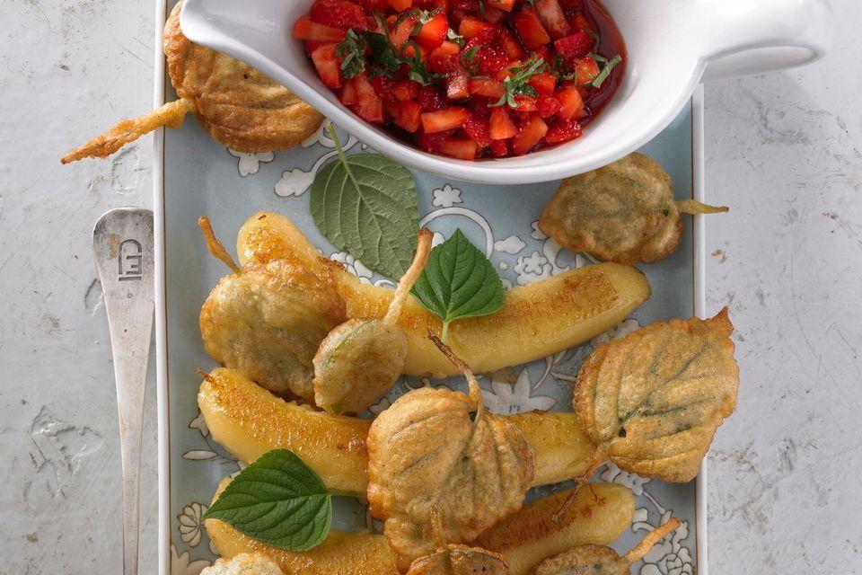 Frittierte Blättchen, gebackene Bananen und Erdbeer-Salsa