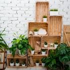 Sommerdeko – die besten Ideen für drinnen und draußen: Gestapelte Obstkisten mit Pflanzen dekoriert