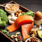 Eiweißreiche Ernährung: Lachs, Nüsse, Avocados auf einem Tablett