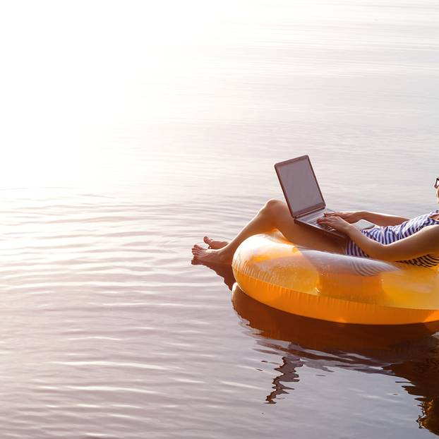 Urlaubsanspruch bei Teilzeit: Frau mit Laptop auf See