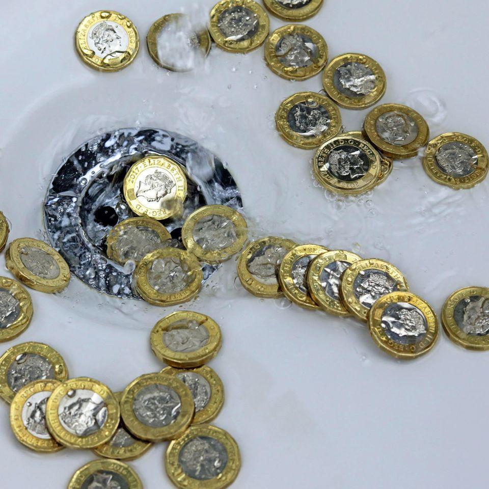 Münzen reinigen: Münzen im Waschbecken