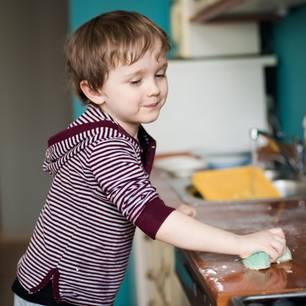 Sollte man seine Kinder für Hausarbeit bezahlen? Pro & Contra