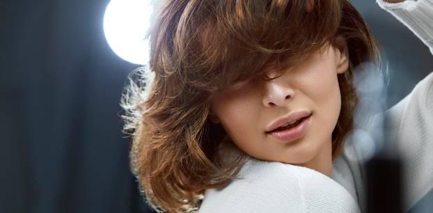 Trendhaarfarbe Chocolate Cake: Frau mit Braunen Haaren