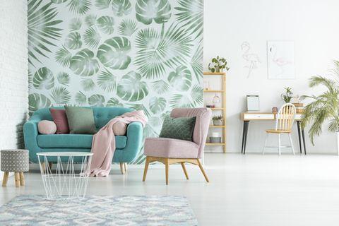 Wandgestaltung Wohnzimmer - die schönsten Ideen: grüne Couch vor einer Wand mit gemusteter Tapete