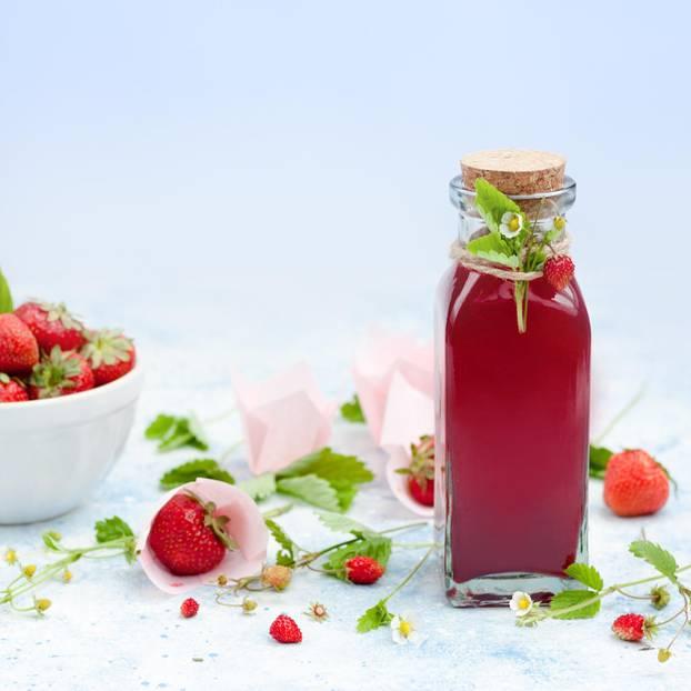 Erdbeersirup in einer Flasche