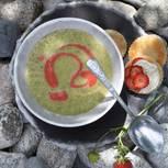 Kopfsalatsuppe mit Erdbeer-Öl