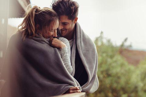 Was tun Männer für die große Liebe? Ein Pärchen teilt eine Wolldecke