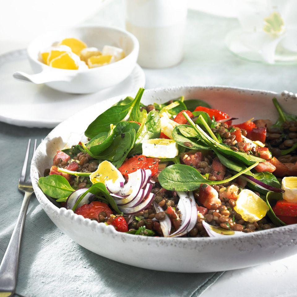 Linsensalat mit Speck und Erdbeeren