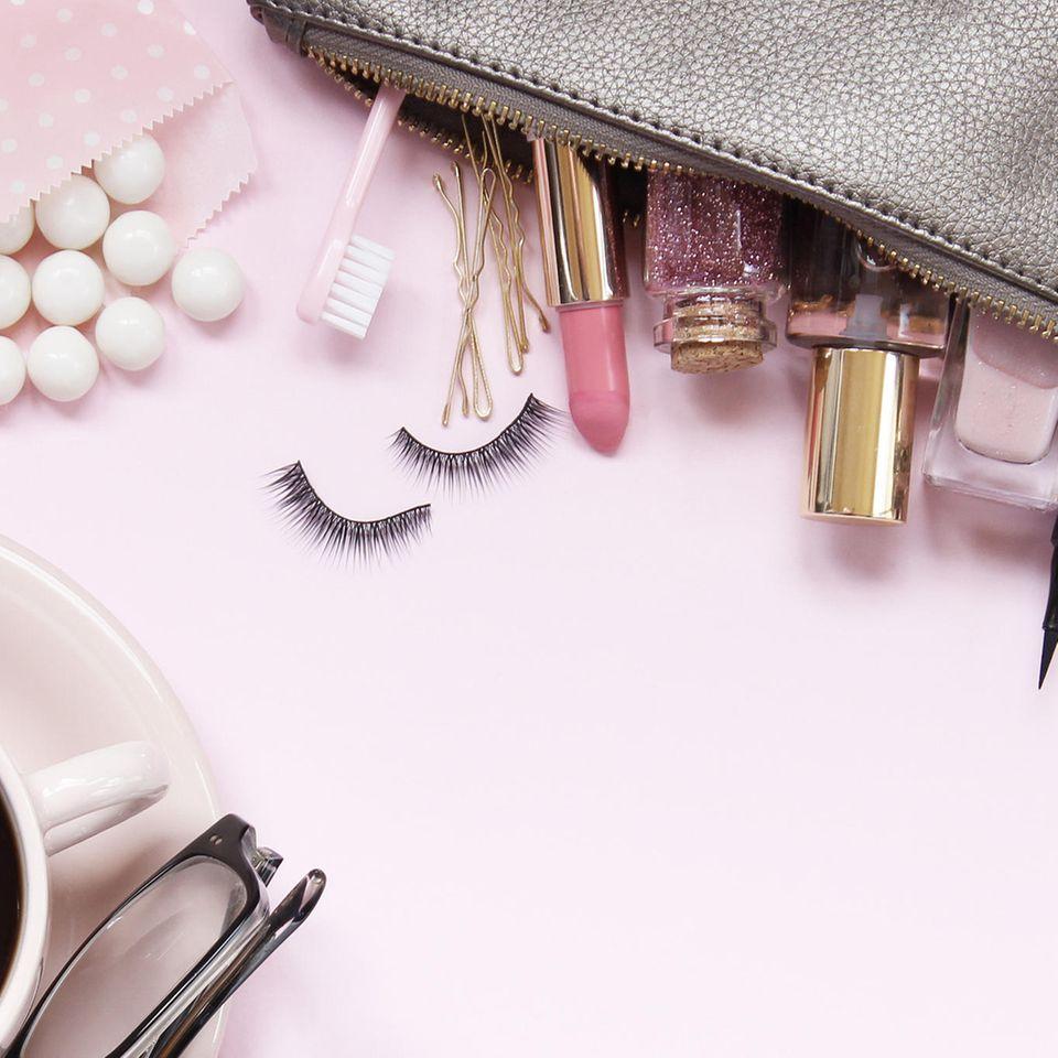 Liquid Eyeshadow: Tasche mit Beauty-Produkten
