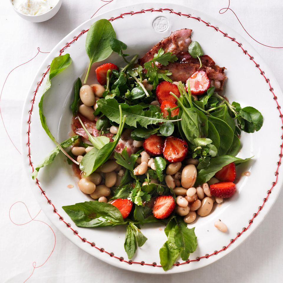 Erdbeer-Kräuter-Salat mit Speck