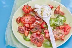 Burrata-Tomaten-Salat mit Kaffee-Vinaigrette