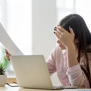 Frist bei Abmahnung: Mitarbeiterin liest geschockt die Abmahnung