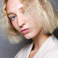 Bob-Frisuren: Frau mit blondem, kinnlangen und gekrepptem Bob