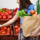 Ausgewogene Ernährung: Frau mit Einkaufstüte am Gemüsestand