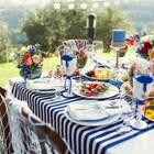 Maritime Tischdeko - die schönsten Ideen und Trends: Gedeckter Tisch mit Blumen und Salaten