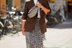 Chiffonrock, Oversize-Blazer, Bauchtasche: So geht ein unaufgeregter Look mit gaaanz viel Style.