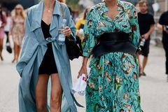 Cooler geht's nicht!Der XXL-Trench in Mittelblau ist perfekt für den Frühling und das Blümchenkleid wird durch den avantgardistischen Taillengürtel zum echten It-Piece.