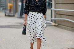Der süße Pünktchenrock sorgt für Femininität, die Oversize-Bluse macht den Look cool.