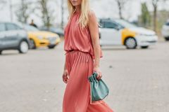 Living Coral at it's best! Dieser Jumpsuit ist Style-Goal.