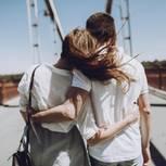 Hängebrücken-Trick: Ein verliebtes Pärchen auf einer hohen Brücke