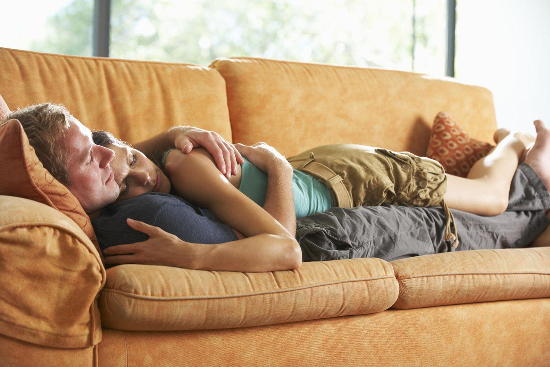 Parship-Studie: Woran erkennt man, dass man zusammen ist? Ein Pärchen auf der Couch