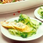 Gurkensalat mit gefüllten Pfannkuchen