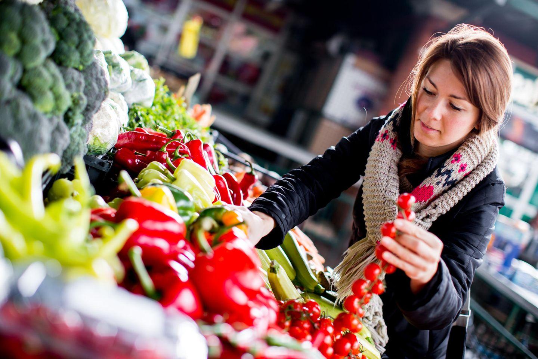 Lebensmittel auf Rezept: Frau beim Einkauf