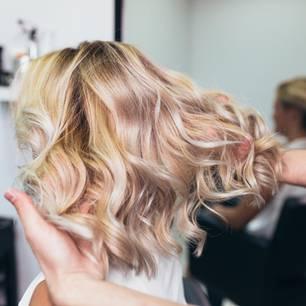 Haare natürlich aufhellen: Frau mit blonden Haaren beim Friseur