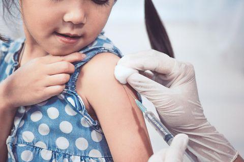 Zeckenimpfung Kinder: Mädchen wird geimpft