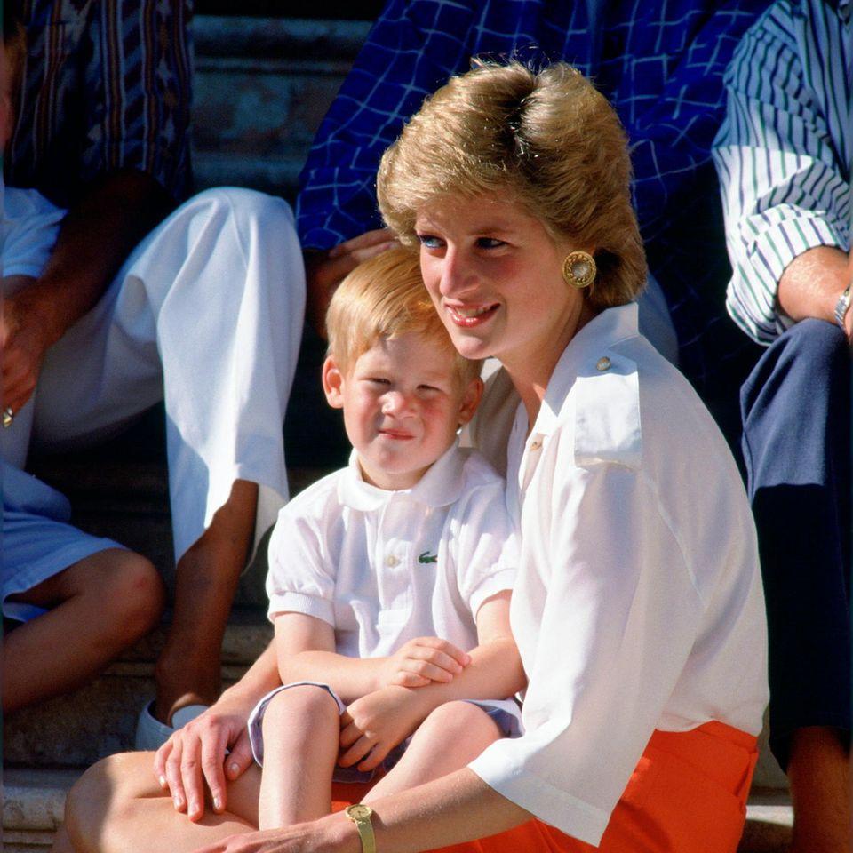 Prinz Harry und Lady Diana: Prinz Harry sitzt auf Dianas Schoß