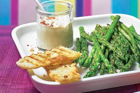 Hummus mit gegrilltem Spargel und Röstbrot