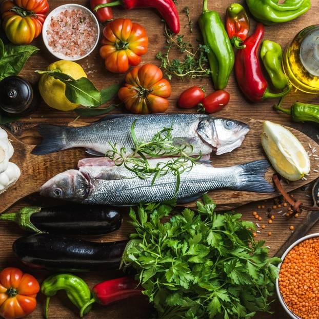 Ernährung bei Gicht: Fisch und Gemüse auf dem Tisch