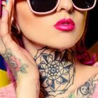 Mandala-Tattoo: Eine Frau mit einem Mandala-Tattoo am Hals