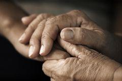 Sterbehilfe: Zwei Hände halten einander