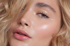 Buttery Skin: Frau mit strahlender Haut