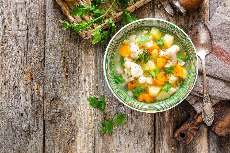 Ernährung bei Reizdarm: Gemüsesuppe in der Schüssel