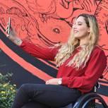 Frau im Rollstuhl macht ein Selfie von sich