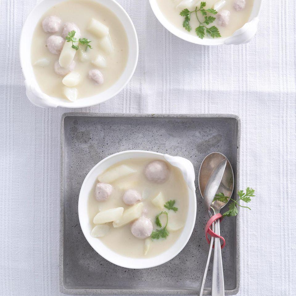 Spargelcreme-Suppe mit Fleischklößchen und Kerbel