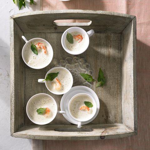 Kalte Zitronenschaum-Suppe mit Flusskrebsen