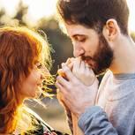 Wenn ein Mann eine Frau wirklich will: Ein Mann küsst die Hände seiner Freundin