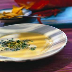 Maiscremesuppe mit Chili-Mandel-Gremolata