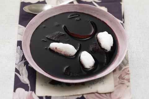 Fliederbeersuppe mit Schneeklößchen