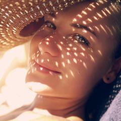 Sonnenbaden: Frau mit Sonnenhut