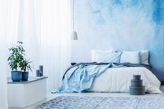 Wandgestaltung Schlafzimmer: 6 kreative Ideen: Bett in blau und weiß vor blau-weißer Wand